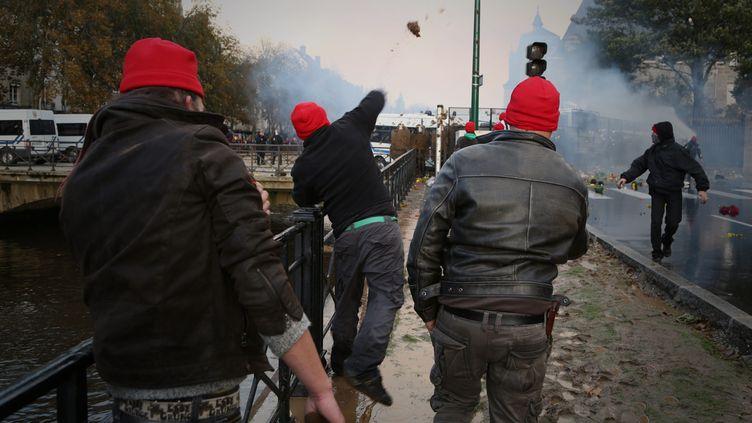 """Des opposants à l'écotaxe, les """"Bonnets rouges"""", affrontent les forces de l'ordre, le 2 novembre 2013 lors d'une manifestation à Quimper (Finistère). (MAXPPP)"""