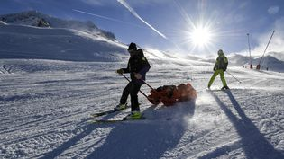 Un skieur blessé est évacué des pistes de Val Thorens (Savoie), le 6 janvier 2018. (AFP)