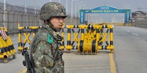 Soldat sud-coréen à un poste de contrôle de la zone démilitarisée entre les deux Corées, le 3 avril 2013. (AFP - JUNG YEON-JE)