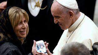 Le pape François reçoit des familles de victimes de l'attentat de Nice, au Vatican, le 24 septembre 2016. (VINCENZO PINTO / AFP)