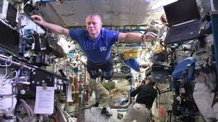 """Capture d'écran de la vidéo mise en ligne jeudi 29 décembre 2016 par Thomas Pesquet, montrant un """"mannequin challenge"""", réalisé à bord de la Station spatiale internationale. (THOMAS PESQUET / FACEBOOK)"""