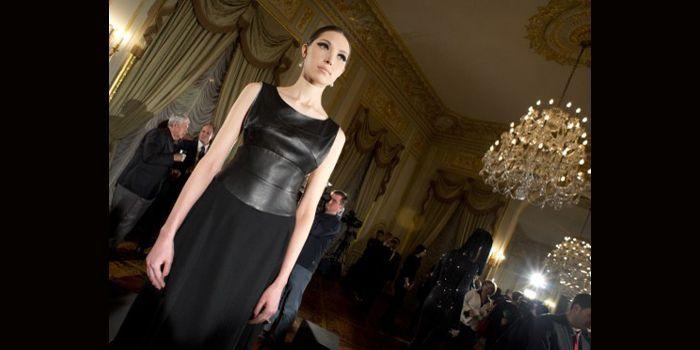 Des créateurs russes présentaient leurs collections toutes réalisées en noir, le 6 février 2013 à New York dans le cadre de la Fashion Week  (DON EMMERT / AFP)