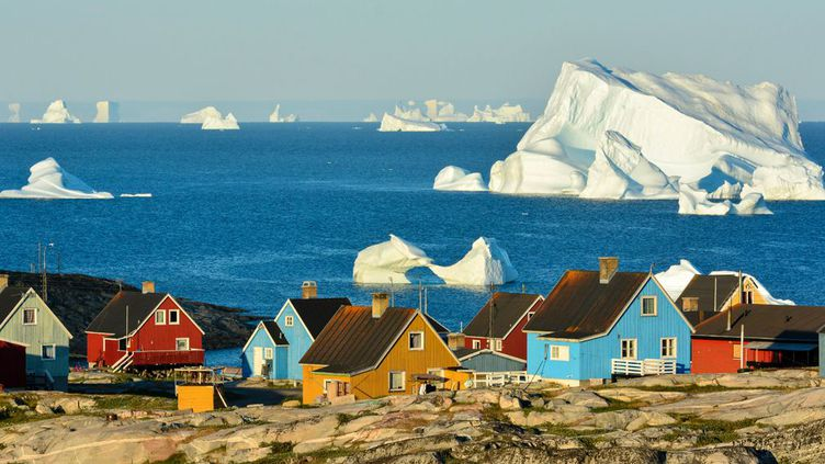Jamais de mémoire d'habitant de ces maisonnettes colorées de Saqqaq dans l'Arctique, on n'avait ressenti autant de douceur en mettant le nez dehors en cette période de l'année. Le thermomètre affiche 20 degrés de plus que les normales de saison. Résultat: il fait entre 0 et 2° C ces jours-ci au Pôle Nord ! Autant dire la canicule. Parmi les responsables, le phénomèneEl Niño qui réchauffe les courants marins et qui, cette année, s'annonce dévastateur. «L'air chaud remonte vers le nord jusqu'au Spitzberg, et ensuite, il contourne le Groenland par le nord et arrive au Pôle Nord,» explique Jesper Theilgaard, météorologue danois. (Andy Buchanan / AFP )