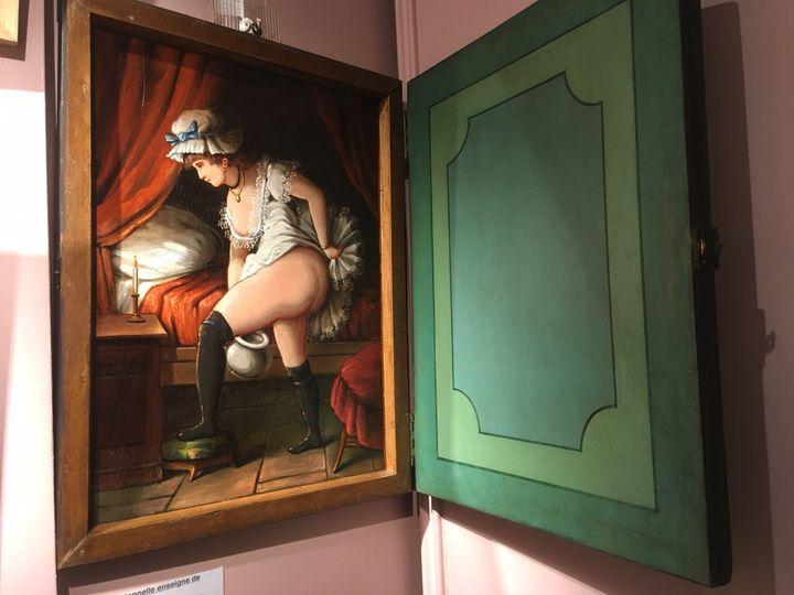 Très rare tableau à truc d'une maison close du XIXe siècle (anonyme) - Collection Nicole Canet, Galerie Au Bonheur du jour. (JACKY BORNET / GALERIE AU BONHEUR DU JOUR)
