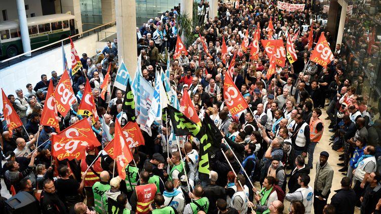 Des employés de la RATP manifestent à La Maison de la RATP, à Paris, le 13 septembre 2019. (STEPHANE DE SAKUTIN / AFP)
