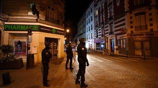 Devra-t-on bientôt rester chez soi après une certaine heure en France ? (FRANCK FIFE / AFP)