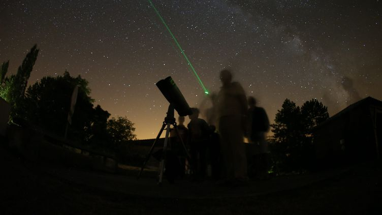 Cette nuit est particulièrement propice à l'observation des étoiles filantes. (Photo d'illustration) (SEBASTIEN LAPEYRERE / MAXPPP)