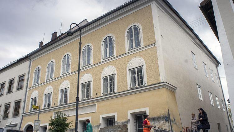 La maison natale d'Adolf Hitler, à Braunau am Inn, en Autriche, le 17 avril 2015. (JOE KLAMAR / APA / AFP)