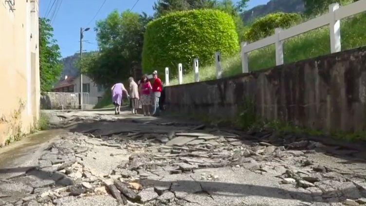 En quelques minutes, un orage très violent a provoqué d'importantes inondations dans la commune de Nantua, dans l'Ain. Aucun blessé n'est à déplorer. (FRANCE 2)