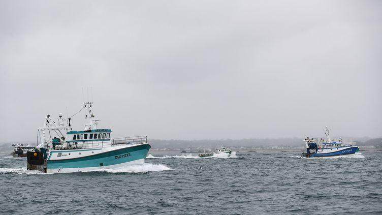 Des bateaux de pêche françaisrentrent après une manifestation contre les conditions de pêche post-Brexit à Jersey, le 6 mai 2021. (SAMEER AL-DOUMY / AFP)