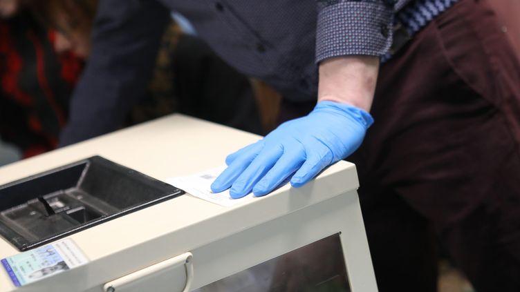 Dans un bureau de vote de Besançon (Doubs), le 15 mars 2020, lors du premier tour des élections municipales. (MAXPPP)