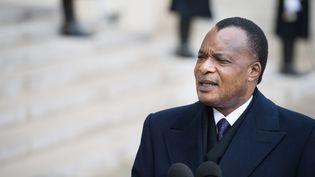 Denis Sassou Nguesso, leprésident congolais,dans la cour de l'Elysée à Paris, à la sortie d'un entretien avec François Hollande, le 8 avril 2013. (BERTRAND LANGLOIS / AFP)