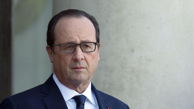 François Hollande devant le palais de l'Elysée, le 31 octobre 2014 à Paris. (ALAIN JOCARD / AFP)