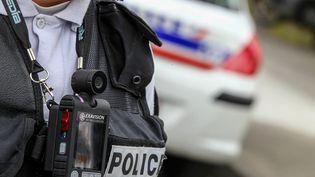 Un policier équipé d'une caméra-piéton à Toulouse (Haute-Garonne), le 13 mai 2013. (FREDERIC SCHEIBER / HANS LUCAS / AFP)
