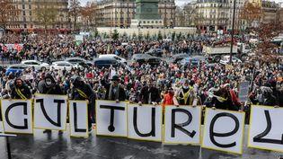 Des centaines de manifestants du milieu de la culture, réunis place de la Bastille à Paris, le 15 décembre 2020. (THOMAS COEX / AFP)