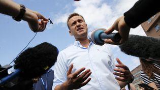 L'opposant russe à Vladimir Poutine Alexeï Navalny parlant aux journalistes à Moscou (Russie), le 20 juillet 2019. (MAXIM ZMEYEV / AFP)