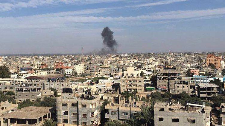 L'armée israélienne a mené plusieurs raids en riposte à des tirs de mortiers, comme ici à Rafah, dans la bande de Gaza, le 5 mai 2016. (METIN YUKSEL KAYA / ANADOLU AGENCY / AFP)