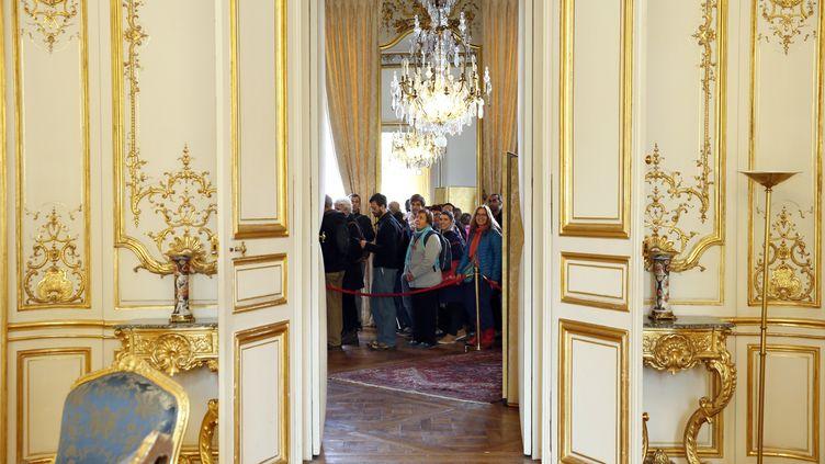 Des visiteurs dans l'Hôtel de Matignon à Paris, le 19 septembre 2015. (PATRICK KOVARIK / AFP)