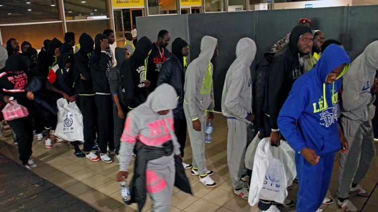 Des migrants ivoiriens de retour de Libye arrivent à l'aéroport d'Abidjan, en Côte d'Ivoire, le 20 novembre 2017. (LUC GNAGO / REUTERS)