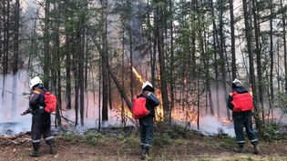 Des pompiers russes luttent contre un incendie en Sibérie, le 13 août 2021 à Yakoutsk (Russie). (RUSSIAN EMERGENCY SITUATIONS MINISTRY / AFP)