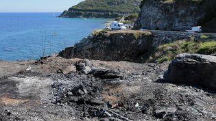 L'emplacement où trois voitures ont été brûlées, non loin de la crique où se sont déroulés les incidents de Sisco(Haute-Corse), le 13 août 2016. (PASCAL POCHARD-CASABIANCA / AFP)