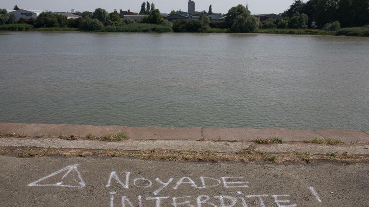 """Une inscription """"Noyade interdite"""" sur le quai Wilson, le 27 juin 2019, à l'endroit où Steve Maia Caniço a disparu dans le anuit du 21 au 22 juin 2019 (J?R?MIE LUSSEAU / HANS LUCAS)"""