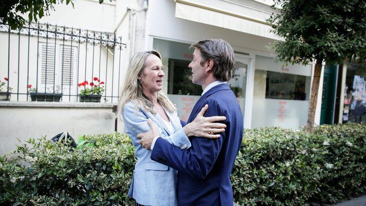 La nouvelle députée de la 6e circonscription des Hauts-de-Seine, Constance Le Grip, dans les bras de François Baroin, le 12 juin 2017 à Neuilly-sur-Seine. (MAXPPP)