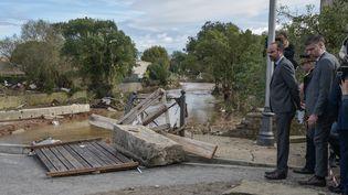 Le Premier ministre, Edouard Philippe, constate les dégâts après les intempéries à Villegailhenc (Aude), le 15 octobre 2018. (PASCAL PAVANI / AFP)
