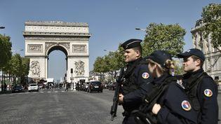 Des policiers patrouillent sur les Champs-Elysées, le 21 avril 2017 à Paris au lendemain de l'attentat contre des gardiens de la paix. (PHILIPPE LOPEZ / AFP)