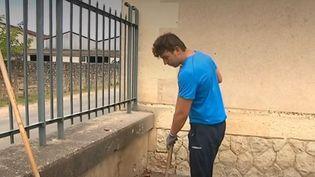 Pendant l'été, la ville de Rions (Gironde) propose de l'argent de poche contre des petits travaux. Une opération qui a le mérite d'entretenir la commune tout en donnant des revenus à ses jeunes. (FRANCE 3)
