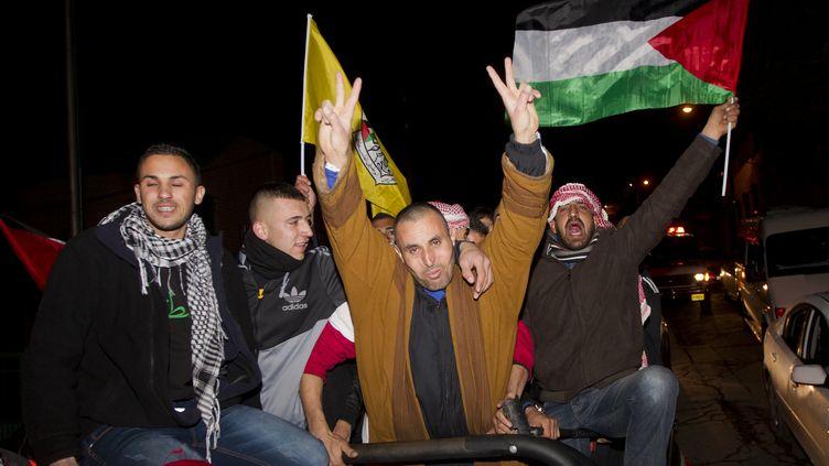 Des prisonniers palestiniens éclatent de joie quelques heures après leur libération par Israël, à Jerusalem-Est (Israël), le 31 décembre 2013. (AHMAD GHARABLI / AFP)