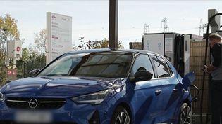 De nombreux Français basculent vers les véhicules électriques. Mais en cette période de vacances, il n'est pas évident de recharger son véhicule : des bornes parfois absentes de secteurs et un temps de recharge long. (France 2)