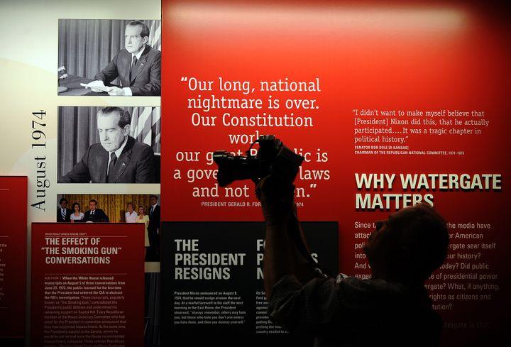 Un visiteur parcourt le musée consacré au président américain Richard Nixon, qui présente un récit détaillé du scandale du Watergate, le 31 mars 2011 à Yorba Linda, en Californie (Etats-Unis). (GABRIEL BOUYS / AFP)