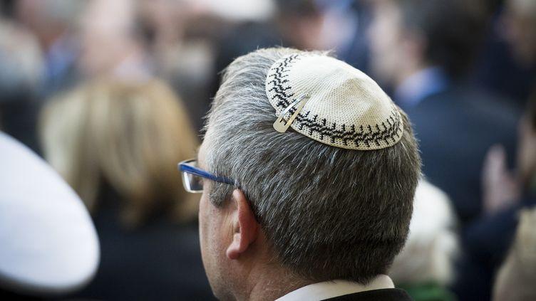 Un homme porte une kippa lors d'une commémoration au Mémorial de la Shoah, le 27 avril 2014, à Paris. (ZACHARIE SCHEURER / NURPHOTO / AFP)