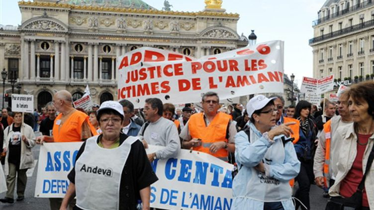 Manifestation de l'Association Andeva pour réclamer un grand procès pénal de l'amiante, le 10 octobre 2009 à Paris. (AFP/BERTRAND GUAY)