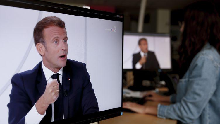 Emmanuel Macron répond aux questions de Gilles Bouleau et de Léa Salamé, le 14 juillet 2020, sur France 2. (STEFANO RELLANDINI / AFP)