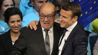 Jean-Yves Le Drian et Emmanuel Macron en meeting à Saint-Herblain (Loire-Atlantique), le 19 avril 2017. (DAVID VINCENT/AP/SIPA / AP)