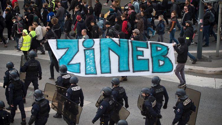 Des manifestants tiennent une pancarte en hommage à Zineb Redouane, à Marseille, le 30 novembre 2019. (CLEMENT MAHOUDEAU / AFP)