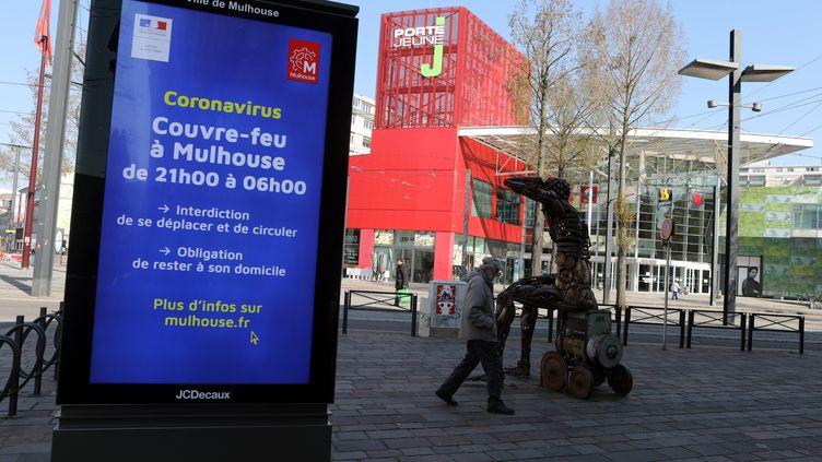 Un panneau lumineux annonce les mesures de confinement à Mulhouse (Haut-Rhin), le 25 mars 2020. (MAXPPP)