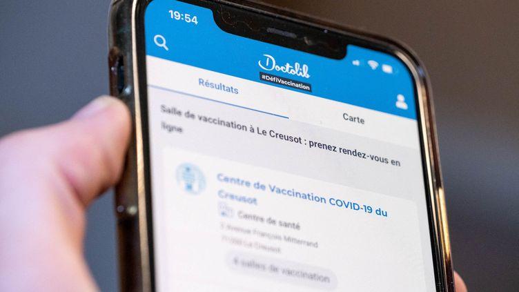 Un téléphone ouvert sur l'application Doctolib à Nevers (Nièvre), le 11 mai 2021. (FLORIAN JANNOT-CAEILLETE / HANS LUCAS / AFP)