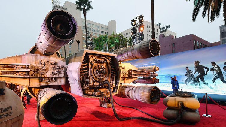 """Un vaisseau spatial sur Hollywood Boulevard pour la sortie du nouveau Star Wars, """"Rogue One"""" (10 décembre 2016)  (Ethan Miller / Getty Images North America / AFP)"""