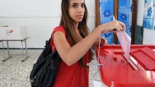Une Tunisienne vote à Ariana, dans la banlieue de Tunis (Tunisie), le 26 octobre 2014. (FETHI BELAID / AFP)