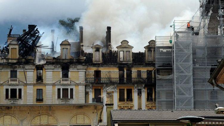 Le Palace Bezançon d'Aix-les-Bains, en feu le 18 août 2015.  (JEAN PIERRE CLATOT / AFP)
