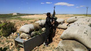 Unmembre du conseil militaire de Manbij en surveillance au nord de la ville, le 31 mars 2018.  (DELIL SOULEIMAN / AFP)