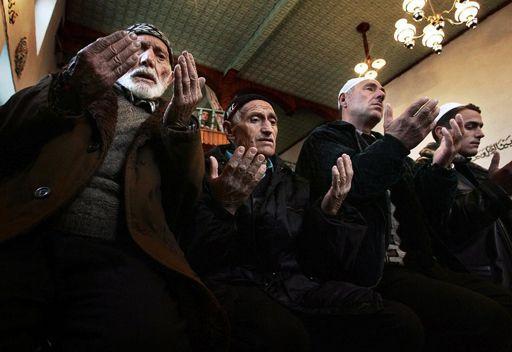 Des musulmans bulgares en train de prier dans une mosquée à Ribnovo (210 km au sud de Sofia) le 20 janvier 2005 (AFP - Dimitar DILKOFF)