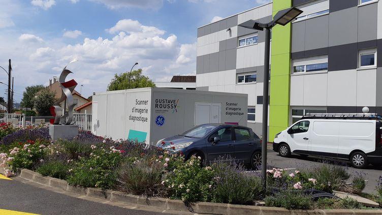 Le scanner de dépistage du coronavirus installé sur le parking de l'Institut Gustave Roussy, centre dédié au traitement du cancer, à Villejuif, jeudi 25 juin 2020. (SOLENNE LE HEN / RADIO FRANCE)