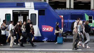 Des passagers sortent d'un train à la gare de Lyon, au 6e jour de grève à la SNCF, le 16 juin 2014, à Paris. (MAXPPP)