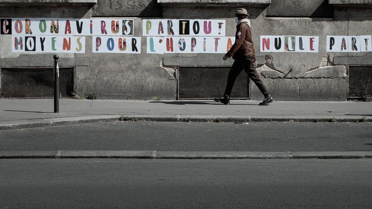 Inscriptions sur les murs de l'hopital Lariboisière, le 12 mai 2020. (JOEL SAGET / AFP)