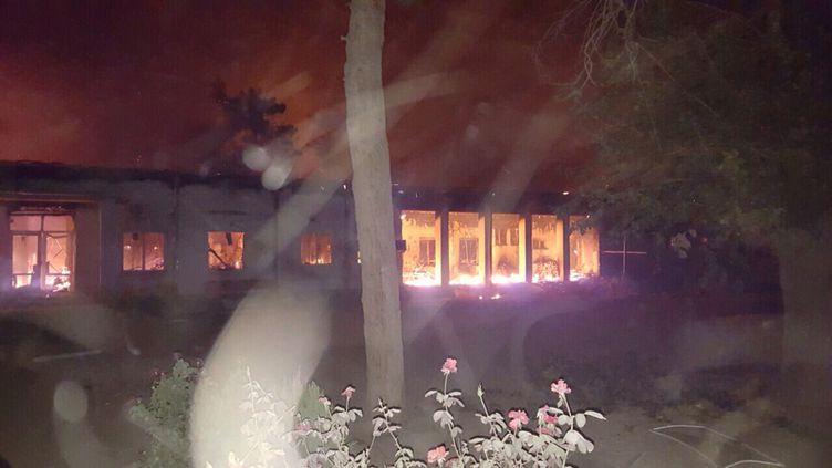 Le centre de soins de MSF à Kunduz(Afghanistan) touché par un incendie après un bombardement, le 3 octobre 2015. (MEDECINS SANS FRONTIERES / FRANCETV INFO)