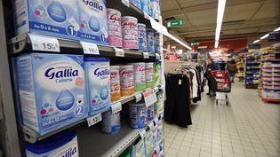 Des laits infantiles sont vendus dans un supermarché d'Orléans (Loiret), le 11 janvier 2018. (GUILLAUME SOUVANT / AFP)